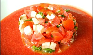 Salade de tomates cerises, fraises et mozzarella, et son coulis de fraises
