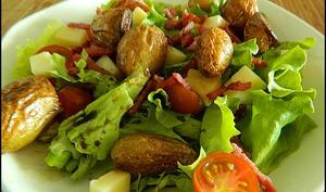Salade composée de pommes de terre au cantal et bacon