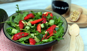 Salade de fraises, roquette et pignons