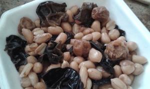 Cacahuètes aux prunes séchées et aux champignons noirs