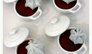 Petits pots de crème chocolat intense et meringues croustillantes