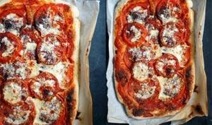 Pizza aux tomates et aux graines de pavot