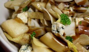Salade d'endives, poires, jambon sec et fromage bleu