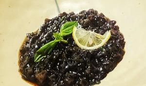 Trompe l'oeil d'arroz negro à la seiche et au basilic