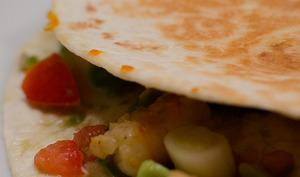 Quesadillas aux crevettes, à la salsa de tomate et d'avocat