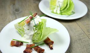 Salade iceberg, bacon et sauce au bleu