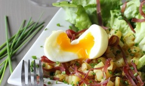 Oeuf mollet, pommes de terre rissolées, viande séchée des Alpes