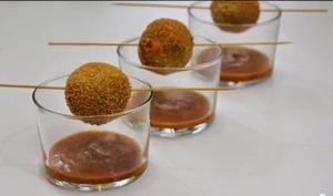 Croquetas de petits pois, coeur de foie gras et salsa ratatouille, pêche et balsamique