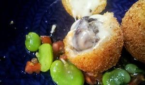 Cromesquis au fromage de Langres et escargots, sauce vierge aux fèves