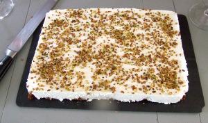 Gâteau aux pistaches et mousse de litchis