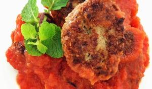 Les boulettes de boeuf et boulgour à la menthe, sauce tomate à l'aubergine