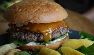 Burger à la mangue et salade mangue-orange