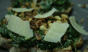 Tartines aux épinards, pignons et parmesan