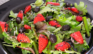 Salade de fraises et d'asperges, au sirop de balsamique