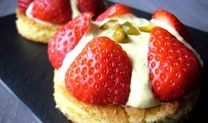 Tartelettes fraise, pistache et cardamome