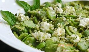 Salade de fèves au brebis et à la menthe