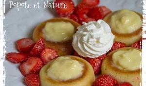 Mini babas au rhum aux fraises garnis de crème pâtissière