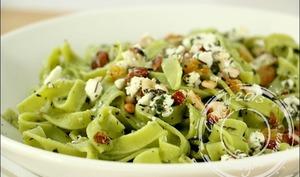 Salade de pâtes vertes à la feta et fruits secs