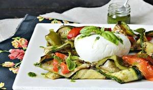 salade de mozzarella di bufala aux légumes grillés à la plancha et pesto