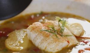 nage de poisson aux légumes nouveaux et au basilic
