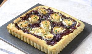 Pizza à l'oignon rouge caramélisé et au chèvre, pâte aux herbes de Provence
