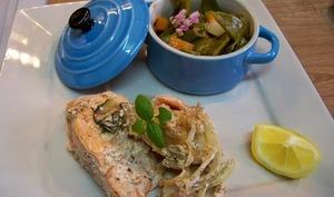 Pavés de saumon en papillotes aux épices cajun et légumes du printemps