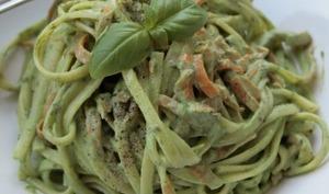 Spaghettis et spaghettis de carottes, sauce aux fanes de radis et basilic