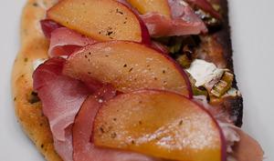 Tartine à la prune et aux oignons verts