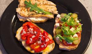 Tartines aux merguez, aux pommes de terre, au poulet, au poivron, tomates et mozzarella
