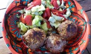 Boulettes au chorizo accompagnées d'une salade de poivrons