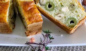 Cake aux noisettes, olives vertes et pecorino au thym frais
