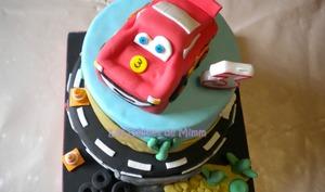Un gâteau Cars avec voiture Flash Mcqueen