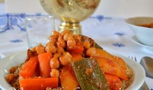 Couscous d'orge aux légumes et viande.