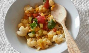 Salade composée de chou-fleur, olives, concombre, maïs et tomates au curry