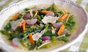 Minestrone printanier aux légumes croquants et pesto