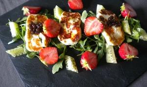 Salade de halloumi, roquette, fraises et caviar de concombre