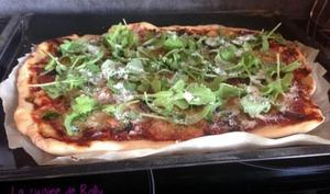 Pizza au jambon Serrano, courgette, roquette et parmesan