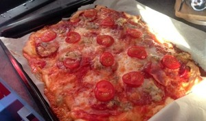 Pizza jambon, chorizo, tomate et gorgonzola