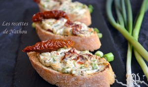 Crostinis au fromage aux fines herbes et tomates séchées