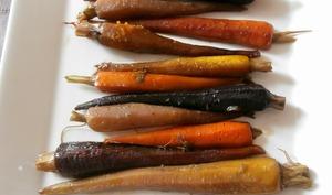 Carottes nouvelles multicolores caramélisées au golden syrup, coriandre et épices