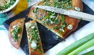 Pain plat au parmesan et son pesto d'herbes