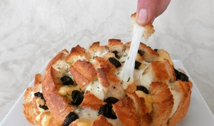 Pull apart bread mozzarella, emmental et olives noires