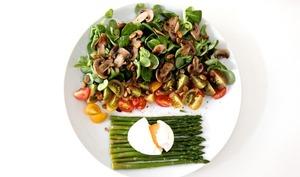 Salade asperges tomates cerises et oeufs mollets