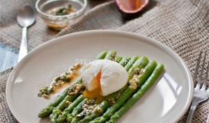 Salade d'asperges tièdes et oeufs mollets