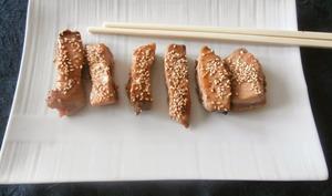 Thon mi-cuit aux graines de sésame mariné sauce soja et miel