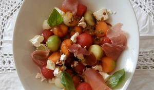 Salade colorée aux 3 melons, pastèque, fromage de brebis, Prosciutto et fruits de la passion