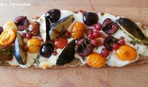 Bruschetta tomates cerises, mozzarella, cerises, figues, et romarin