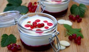 Crème mousseuse au chocolat blanc sur coulis de groseilles