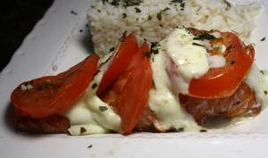Papillote de saumon, tomates et mozzarella