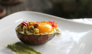 Avocat façon œuf cocote et poivrons